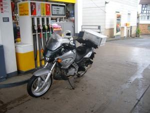 31. Mai 2009 - Rundtour durch Hessen - BMW vom woodegger wird getankt (Zum Vergrößern anklicken/ca. 145 KB)