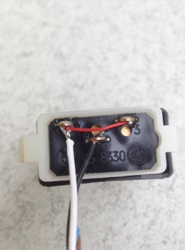 Das rote Kabel dient als Überbrückung, so dass ich beide Taster nutzen kann ;-)