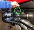 Den Stecker der Einspritzdüse lösen. Dazu die Klemme reindrücken und den Stecker abziehen.