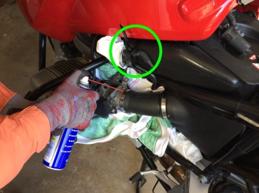 Einspritzdüse und Kabel mit Kabelbinder fixieren. Mit einem Handtuch alles so gut es geht abdecken und die Schellen mit z. B. WD-40 (Kriechöl) LEICHT einsprühen.