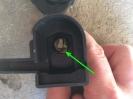 ... das kleine Metallplättchen mit einem Schlitzschraubendreher vorsichtig zur Mitte drücken, halten und das Schloß am Schlüssel vorsichtig herausziehen.