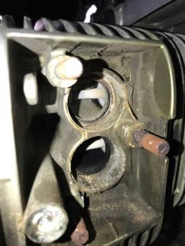 Ventilblick und abgerissene Schraube unten links!